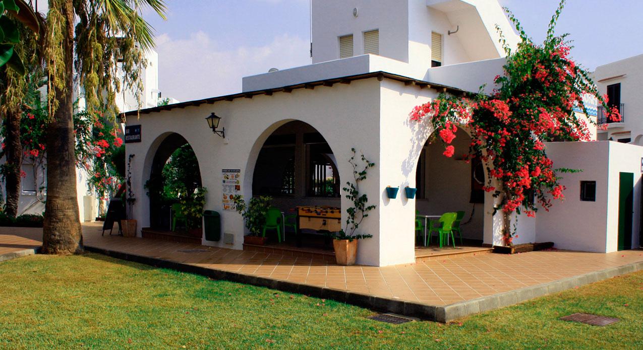 Servicio de recepción, bar restaurante y wifi en zonas comunes